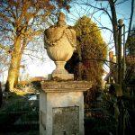 Kamienna urna na postumencie z I poł. XIX w. - nagrobek na cmentarzu parafialnym w Tarnogórze